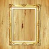 Παλαιό χρυσό πλαίσιο στον ξύλινο τοίχο  Κενό πλαίσιο εικόνων στο μόριο Στοκ Εικόνες
