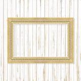 Παλαιό χρυσό πλαίσιο στον ξύλινο τοίχο  Κενό πλαίσιο εικόνων στο ξύλο Στοκ εικόνα με δικαίωμα ελεύθερης χρήσης