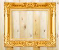 Παλαιό χρυσό πλαίσιο στον ξύλινο τοίχο  Κενό πλαίσιο εικόνων στο woode Στοκ φωτογραφίες με δικαίωμα ελεύθερης χρήσης