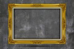 Παλαιό χρυσό πλαίσιο στον τοίχο grunge Στοκ φωτογραφία με δικαίωμα ελεύθερης χρήσης