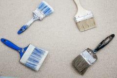 παλαιό χρώμα βουρτσών διαφορετικά μεγέθη Τοπ άποψη σχετικά με ένα σκοτεινό ξύλινο υπόβαθρο Με την κενή θέση για το κείμενο Κτήριο Στοκ Φωτογραφίες