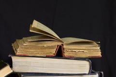 Παλαιό χτυπημένο βιβλίο με τις κίτρινες σελίδες Στοκ φωτογραφία με δικαίωμα ελεύθερης χρήσης