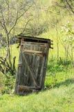 Παλαιό χτυπημένο outhouse Στοκ Φωτογραφία