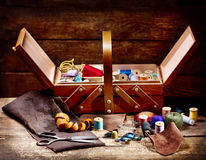 Παλαιό ψαλίδι, διάφορα νήματα και ράβοντας εργαλεία Στοκ εικόνα με δικαίωμα ελεύθερης χρήσης