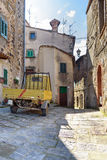 Παλαιό όχημα σε μια tuscan αλέα Στοκ Εικόνα
