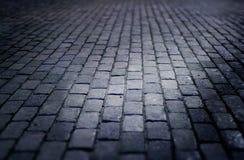 Παλαιό ύφος τούβλου κεραμιδιών πατωμάτων οδών Cobbled τη νύχτα Στοκ Εικόνες