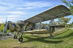 Παλαιό Antonov ένας-2 στρατιωτικό αεροπλάνο που καλύπτεται Στοκ εικόνα με δικαίωμα ελεύθερης χρήσης