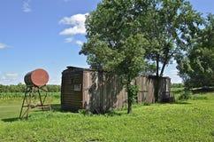 Παλαιό boxcar σιδηροδρόμου στο αγρόκτημα στοκ φωτογραφίες
