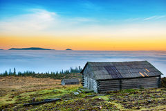 Παλαιό cabine μπροστά από την όμορφη φύση Στοκ Φωτογραφία
