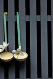 Παλαιό dipper κρεμά στο γκρίζο πηχάκι Στοκ Φωτογραφίες
