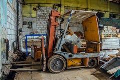 Παλαιό forklift στην εγκαταλειμμένη αποθήκη εμπορευμάτων Στοκ εικόνες με δικαίωμα ελεύθερης χρήσης
