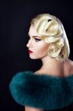 Παλαιό Hollywood, κορίτσι με τη γούνα Στοκ εικόνα με δικαίωμα ελεύθερης χρήσης