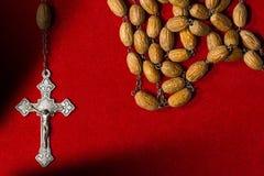 Παλαιό Rosary με τις χάντρες και το σταυρό Στοκ εικόνες με δικαίωμα ελεύθερης χρήσης