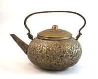 Παλαιό teapot ορείχαλκου που απομονώνεται στο άσπρο υπόβαθρο στοκ φωτογραφία