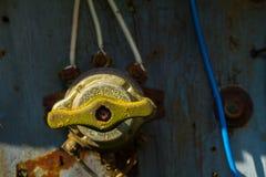 Παλαιό thumbler με τα σκοινιά ηλεκτρικής ενέργειας στοκ φωτογραφίες με δικαίωμα ελεύθερης χρήσης