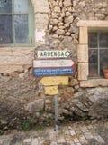 Παλαιό waymarker στο γαλλικό χωριό Στοκ φωτογραφίες με δικαίωμα ελεύθερης χρήσης