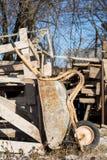 Παλαιό wheelbarrow με την όρφνωση και τη σκουριά Στοκ Φωτογραφίες