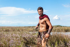 Παλεύοντας αρχαίος πολεμιστής στο υπόβαθρο τοπίων Στοκ Εικόνα