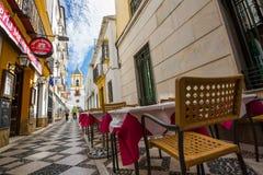 Παλιή στενωπός με τους πίνακες καφέδων στη Ronda, Ισπανία Στοκ φωτογραφία με δικαίωμα ελεύθερης χρήσης