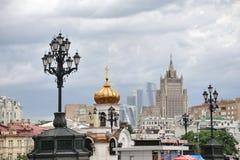 Παλιοί λαμπτήρες οδών και κτήρια της Μόσχας κάτω από το νεφελώδη ουρανό Στοκ φωτογραφίες με δικαίωμα ελεύθερης χρήσης