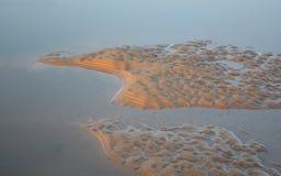 Παλιρροιακά σχέδια άμμου και θαλάσσιου νερού Στοκ Φωτογραφία