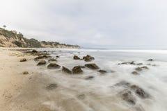 Παλιρροιακοί βράχοι λιμνών όρμων Dume με τη θαμπάδα Malibu Καλιφόρνια κινήσεων Στοκ Εικόνες