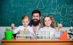 Πείραμα της σχολικής βιολογίας Εξήγηση της βιολογίας στα παιδιά Πώς να ενδιαφέρει τη μελέτη παιδιών Συναρπαστικό μάθημα της βιολο στοκ φωτογραφίες