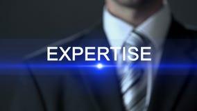 Πείρα, αρσενικό στο επιχειρησιακό κοστούμι σχετικά με την οθόνη, ποιοτικός έλεγχος, έρευνα απόθεμα βίντεο