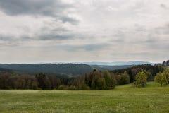 Πεδία και δάσος στοκ φωτογραφία