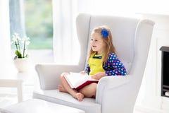 πεδίο βάθους παιδιών φωτογραφικών μηχανών βιβλίων που φαίνεται ανάγνωση ρηχή Τα παιδιά που διαβάζονται τα βιβλία Στοκ Εικόνες