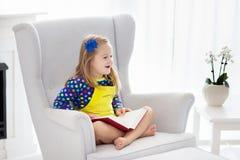 πεδίο βάθους παιδιών φωτογραφικών μηχανών βιβλίων που φαίνεται ανάγνωση ρηχή Τα παιδιά που διαβάζονται τα βιβλία Στοκ Εικόνα