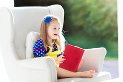 πεδίο βάθους παιδιών φωτογραφικών μηχανών βιβλίων που φαίνεται ανάγνωση ρηχή Τα παιδιά που διαβάζονται τα βιβλία Στοκ εικόνα με δικαίωμα ελεύθερης χρήσης