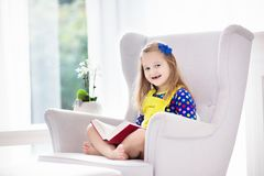 πεδίο βάθους παιδιών φωτογραφικών μηχανών βιβλίων που φαίνεται ανάγνωση ρηχή Τα παιδιά που διαβάζονται τα βιβλία Στοκ φωτογραφίες με δικαίωμα ελεύθερης χρήσης