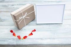 Πεδίο δώρων και άσπρο πλαίσιο με τη θέση για το κείμενό σας στο αγροτικό brig στοκ εικόνα με δικαίωμα ελεύθερης χρήσης