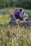πεδίο backpackers ηλιόλουστο στοκ εικόνες