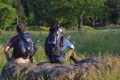 πεδίο backpackers ηλιόλουστο στοκ φωτογραφία