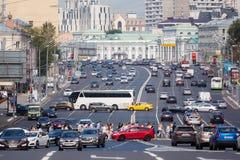 Πεζοί και αυτοκίνητα που γυρίζουν αριστερά στο δαχτυλίδι κήπων στη Μόσχα Στοκ Φωτογραφίες