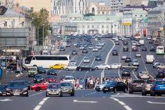 Πεζοί και αυτοκίνητα που γυρίζουν αριστερά στο δαχτυλίδι κήπων στη Μόσχα Στοκ Εικόνες