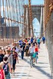 Πεζοί και ποδηλάτες στην πόλη ΗΠΑ της Νέας Υόρκης γεφυρών του Μπρούκλιν στοκ εικόνα