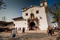 Πεζοί που περπατούν σε ένα από Cuenca τα ορόσημα Στοκ Εικόνες