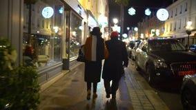 Πεζοί που περπατούν στο πεζοδρόμιο, POV του ζηλότυπου επόμενου εξαπατώντας συζύγου συζύγων απόθεμα βίντεο