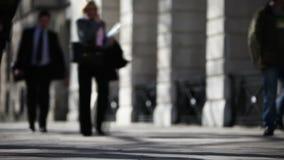 Πεζοί σε ένα πεζοδρόμιο του Λονδίνου απόθεμα βίντεο