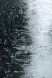 Πεζοδρόμιο ασφάλτου που πλημμυρίζουν με τα όμβρια ύδατα κατά τη διάρκεια του βροχερού καιρού Στοκ Φωτογραφίες