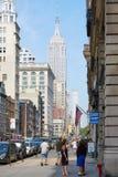 Πεζοδρόμιο Εmpire State Building και Πεμπτών Λεωφόρος με τους ανθρώπους στη Νέα Υόρκη Στοκ Εικόνες