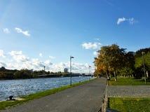 Πεζοδρόμιο κατά μήκος του κεντρικού αγωγού ποταμών στη Φρανκφούρτη Αμ Μάιν Στοκ Φωτογραφίες