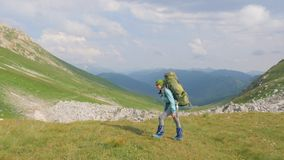Πεζοπορία γυναίκα με το σακίδιο πλάτης που ταξιδεύει στο βουνό Θερινοί αναρρίχηση και τουρισμός απόθεμα βίντεο
