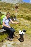 Πεζοπορία γυναίκα με το σκυλί στα βουνά Στοκ εικόνα με δικαίωμα ελεύθερης χρήσης