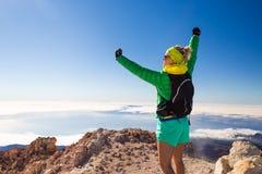 Πεζοπορία γυναίκα που αναρριχείται στα βουνά σε Teide Tenerife Στοκ Εικόνες