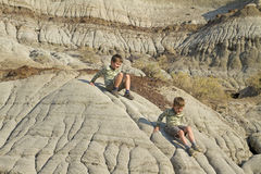 Πεζοπορία δύο μικρών παιδιών Στοκ φωτογραφία με δικαίωμα ελεύθερης χρήσης