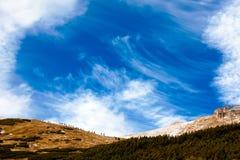 Πεζοπορία κάτω από το μπλε ουρανό Στοκ Εικόνα